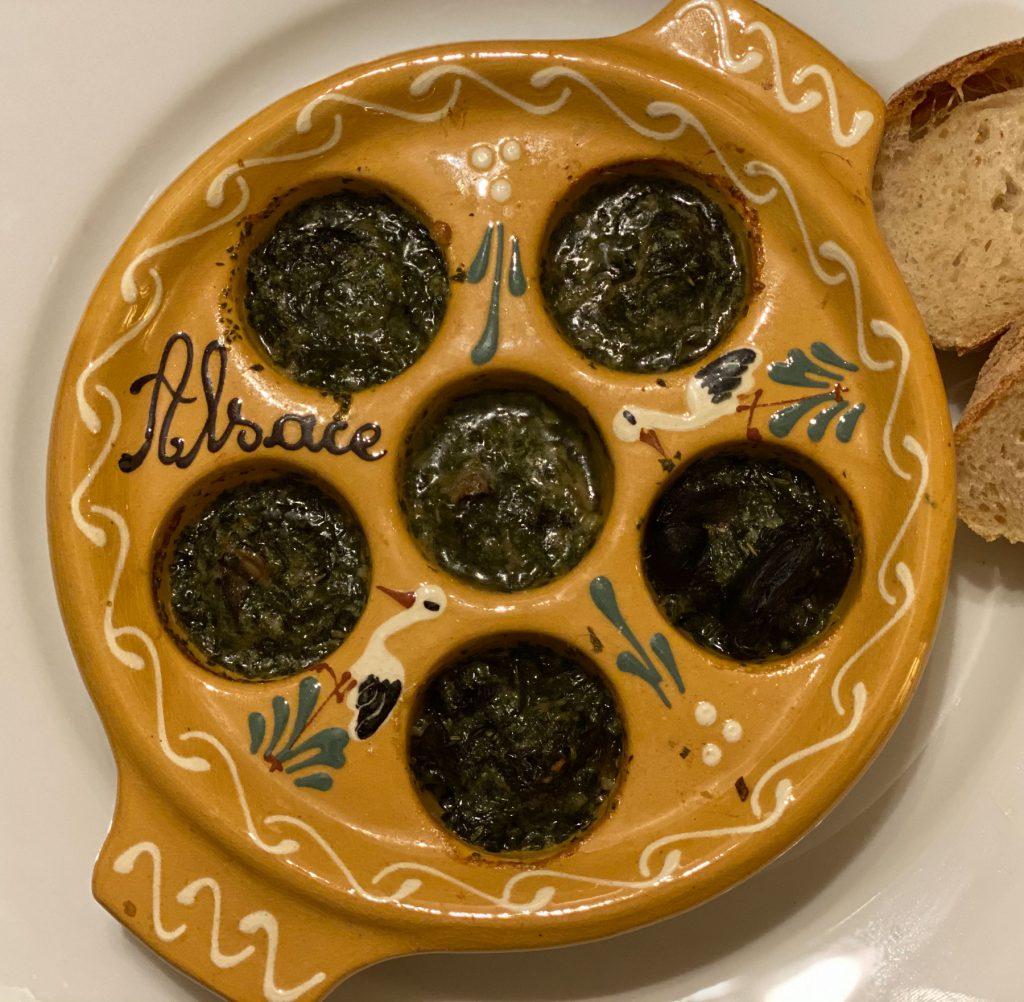 Weinbergschnecken in Knoblauchbutter im Schneckenpfännchen