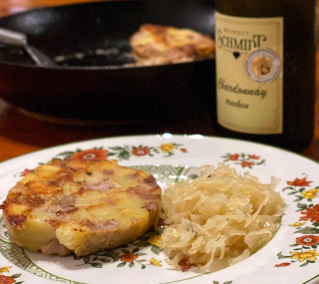 Gebratene Scheibe vom Saumagen mit Sauerkraut und trockenem Chardonnay vom Weingut Tobias Schmidt