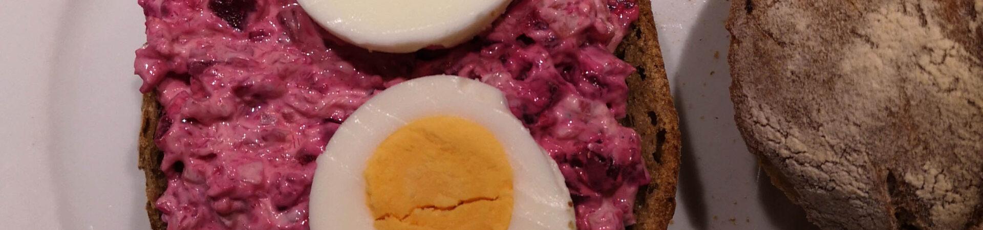 Rote Beete Salat mit geräucherter Forelle (und noch etwas mehr)