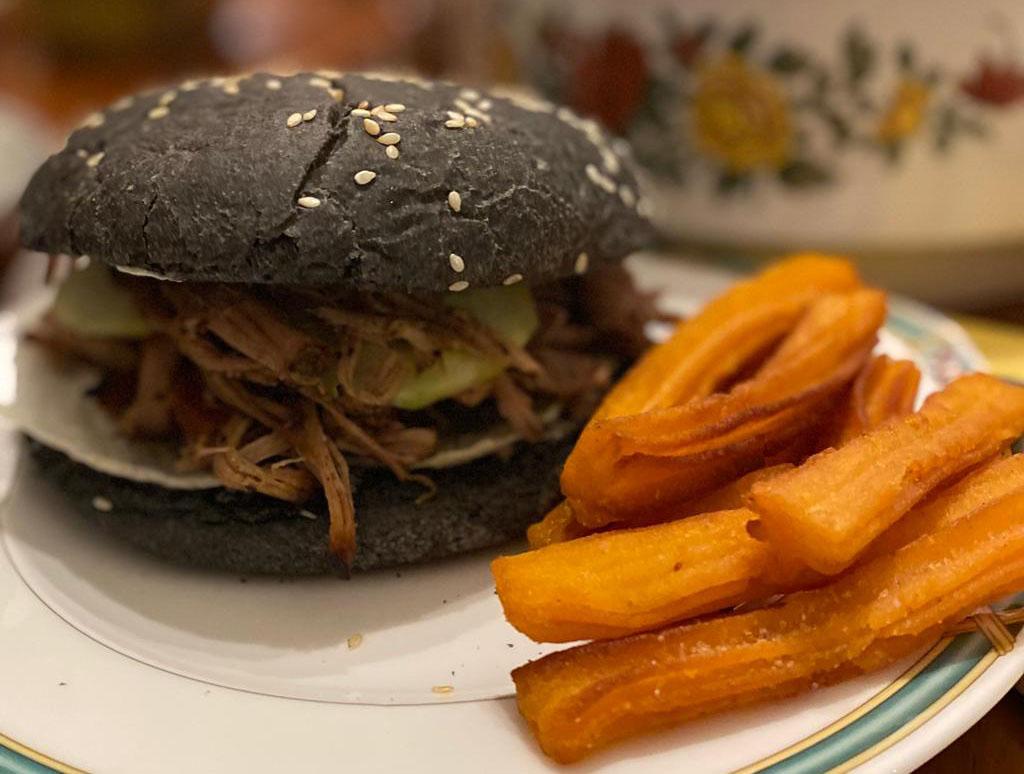 Pulled Pork im Burger mit Süßkartoffelpommes