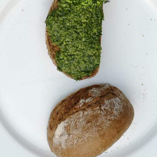 Bärlauch-Pesto auf Roggenbaguette