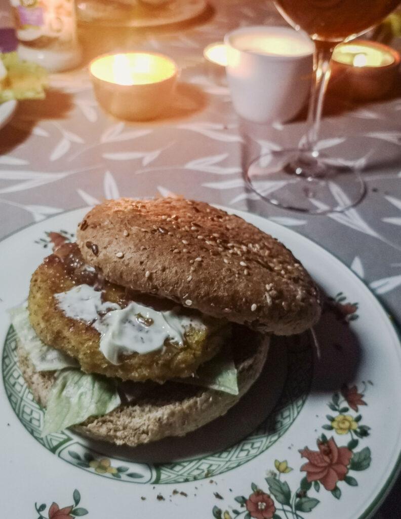 Der fertige Bulgur-Linsen-Burger